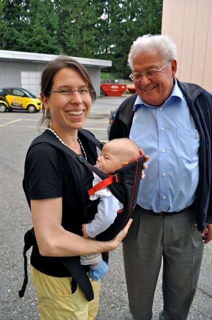Drei Generationen: Vorstandsmitglied Karin Winistörfer mit Tochter Lynn und Hermann Schlapp.