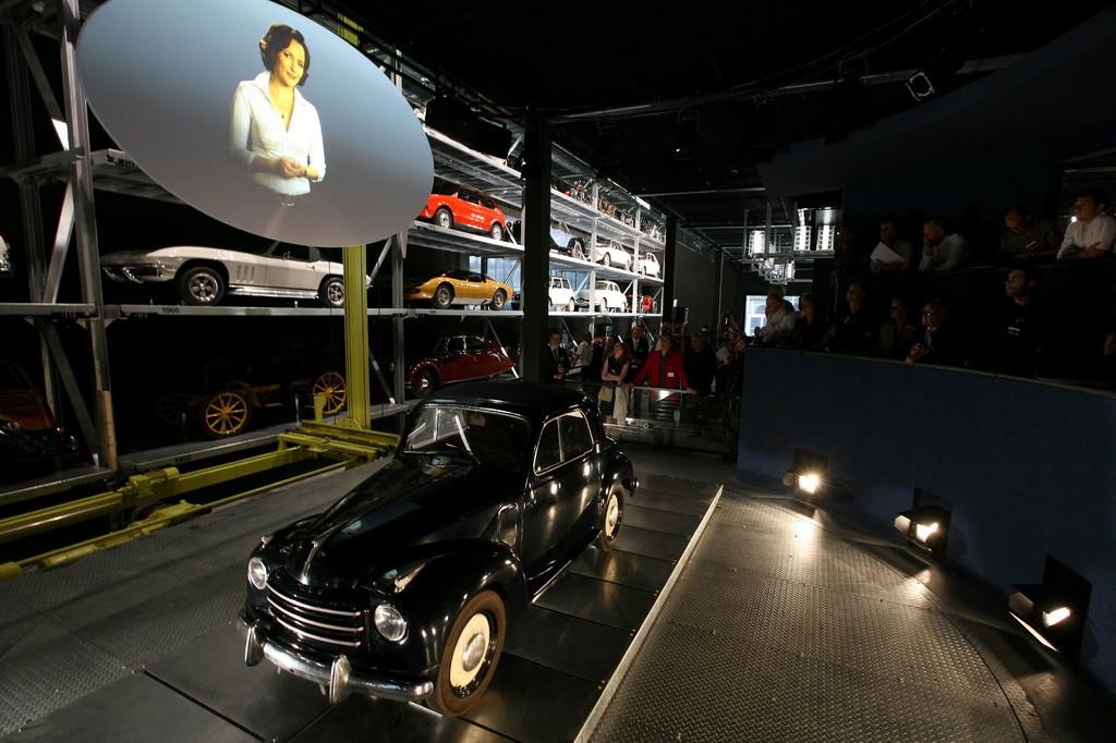 Auf einer Drehscheibe wird das Auto und seine Geschichte präsentiert.