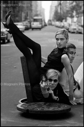 Andy Warhol mit Edie Sedgweick and Chuck Wein 1965 in New York.
