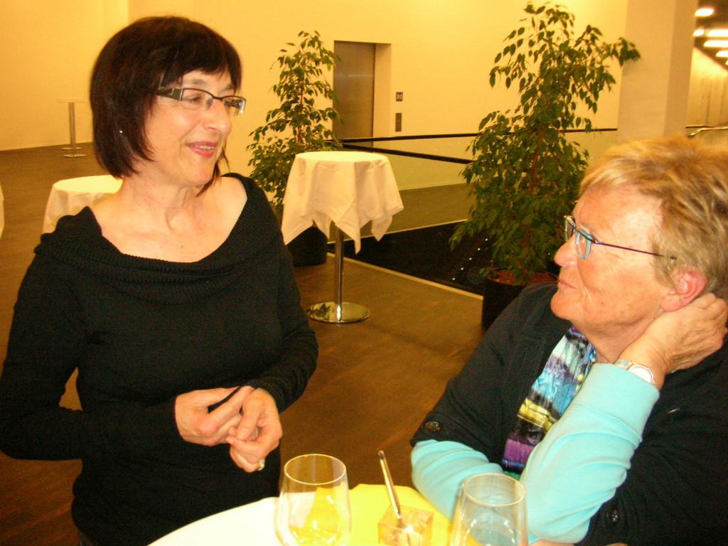 Theres Marty (links) im Gespräch mit Monika van de Giessen.