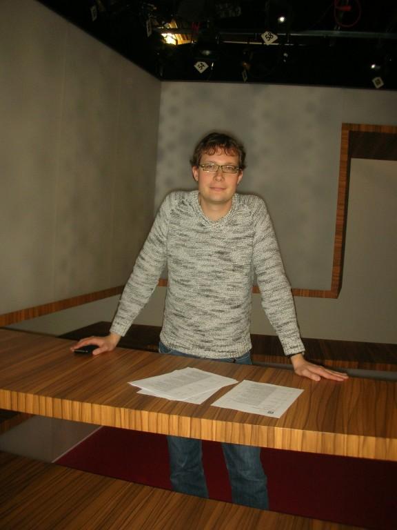 Wirtschaftsredaktor Michael Kuhn hinter dem Moderationspult im Eco-Studio.