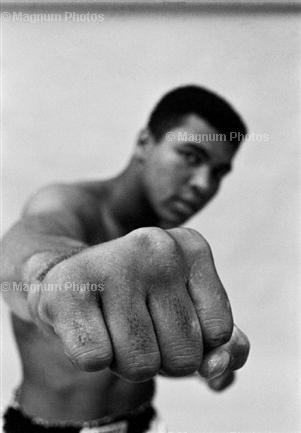 Boxlegende Muhammad Ali präsentiert seine rechte Faust.