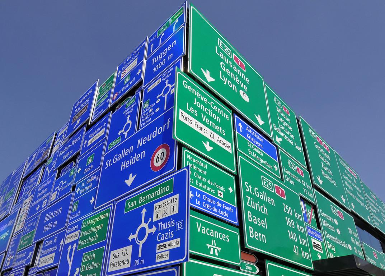 344 Verkehrstafeln zieren die Fassade der neuen Strassenverkehrshalle.