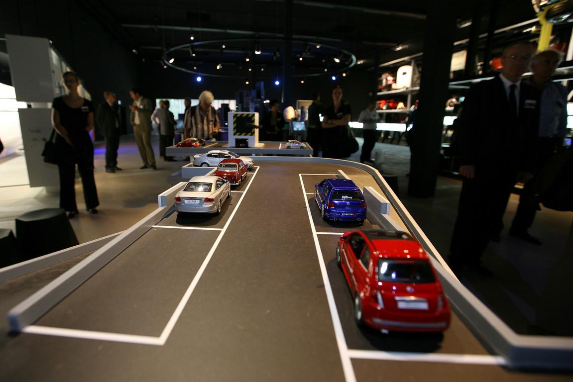 Die Faszination Auto wird auf unterschiedliche Weise demonstriert.