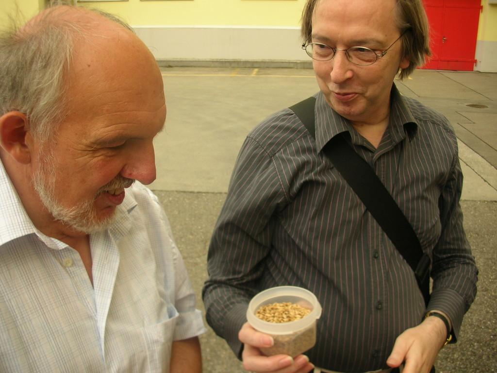 Kostprobe: Stefan Degen (Neue LZ, rechts) überreicht Karl Fischer (Neue LZ)  Malz.