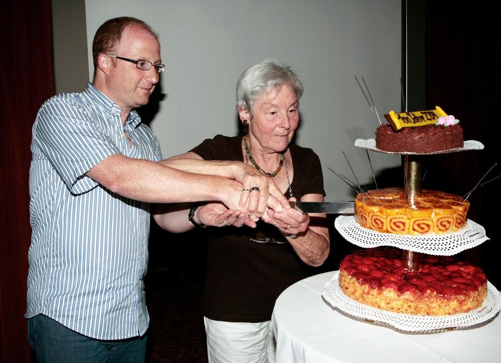 Den Anschnitt machten ZVM-Präsident Dominik Buholzer und Ehrenmitglied Sylvia Müller.
