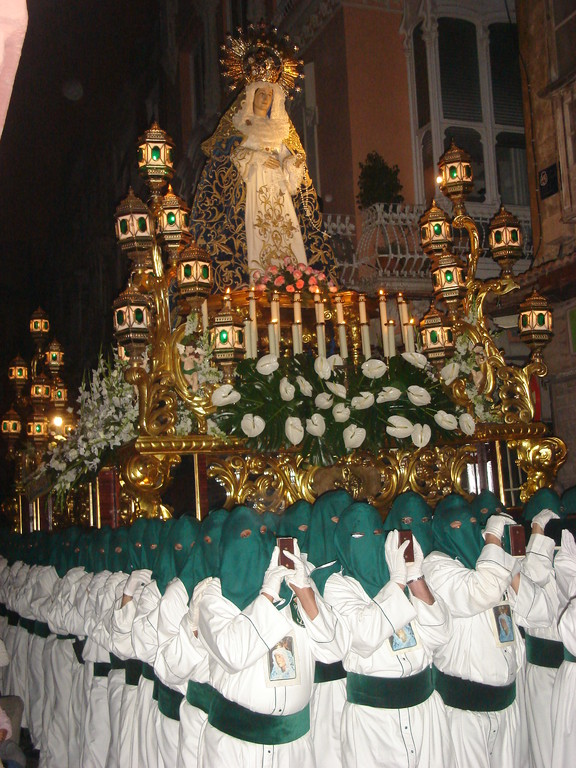 At the silent procession on Thursday also the throne bearers were veiled