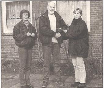 Heike Brandt überreicht die Spende an  Gerhard Boll und Kerstin Kentschke. (we)