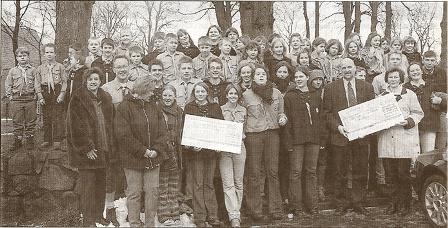Jeweils 150 Euro für die Pfadfinder und die betreute Grundschule  überreichen Annedore Jensen und Doris Schuhmacher. Foto: Werlich