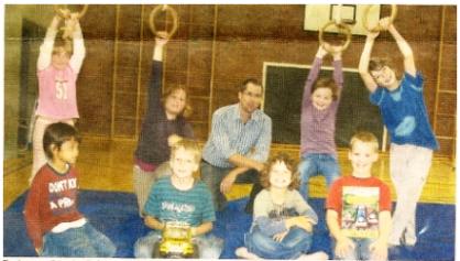 Ferienspaß in der BGS: Erzieher Nils Ehlers mit acht der zu betreuenden Kinder.