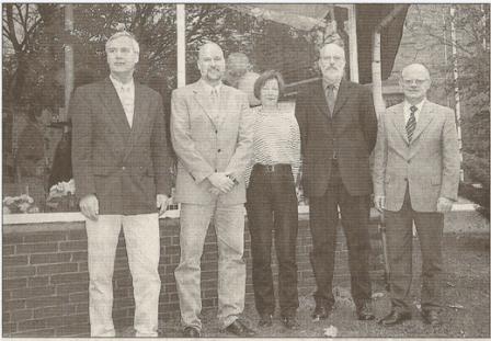 Sie hatten das Projekt mit 3500 Mark angeschoben: Bürgermeister Heiner Barnick (li) und Sparkassenchef Günter Ohto (re.) mit dem Vorstand. Foto: Werlich