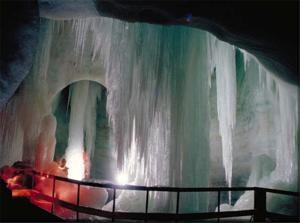 Rieseneishöhle am Krippenstein in Obertraun im Sommer mit Eisbuffet u. Eisklangkonzert