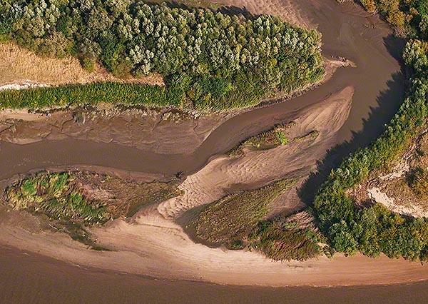 Priel auf Hanskalbsand mit Dünen, Schilf und Auwald am Ufer