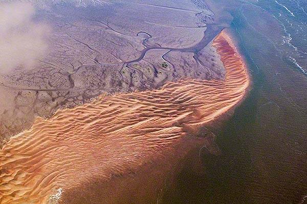 Sand und Schlick der Elbe lagern sich in Flachwasserzonen der Elbe ebenso ab wie im Fahrwasser ! Die Gezeiten spülen große Mengen des zuvor ausgebaggerten Sand und  Schlicks in die Elbe