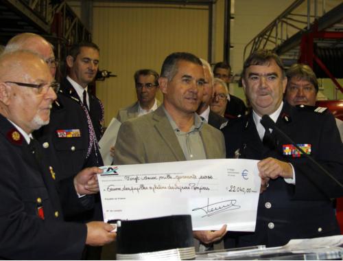 Plusieurs chèques ont été remis à l'Œuvre des pupilles orphelins des sapeurs- pompiers comme ici un chèque de 22040 € venant des ventes de la Cuvée des orphelins de sapeurs-pompiers d'Alsace