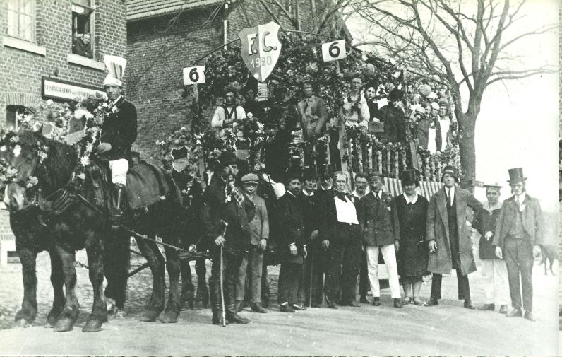 In den zwanziger Jahren ließen es sich die Eupener Fußballer nicht nehmen, mit schmucken Motivwagen an den Rosenmontags-Umzügen teilzunehmen. Hier vor dem Vereinslokal auf der Judenstraße