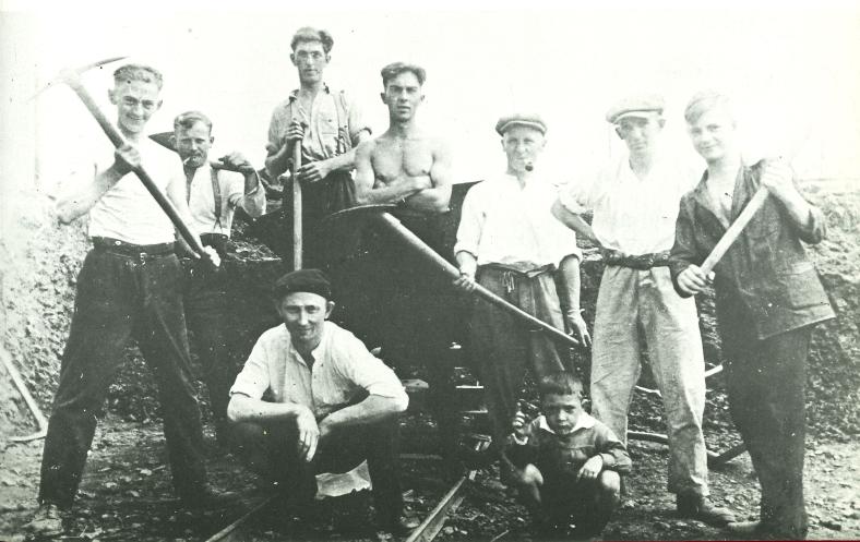 Im Jahre 1931 wurde das abschüssige Gelände am Stockbergerweg in mühevoller Arbeit mit Schaufeln und Hacken nivelliert
