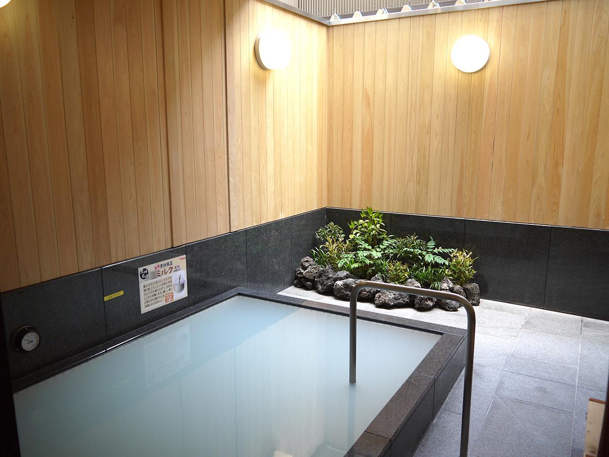ミルク配合の露天風呂