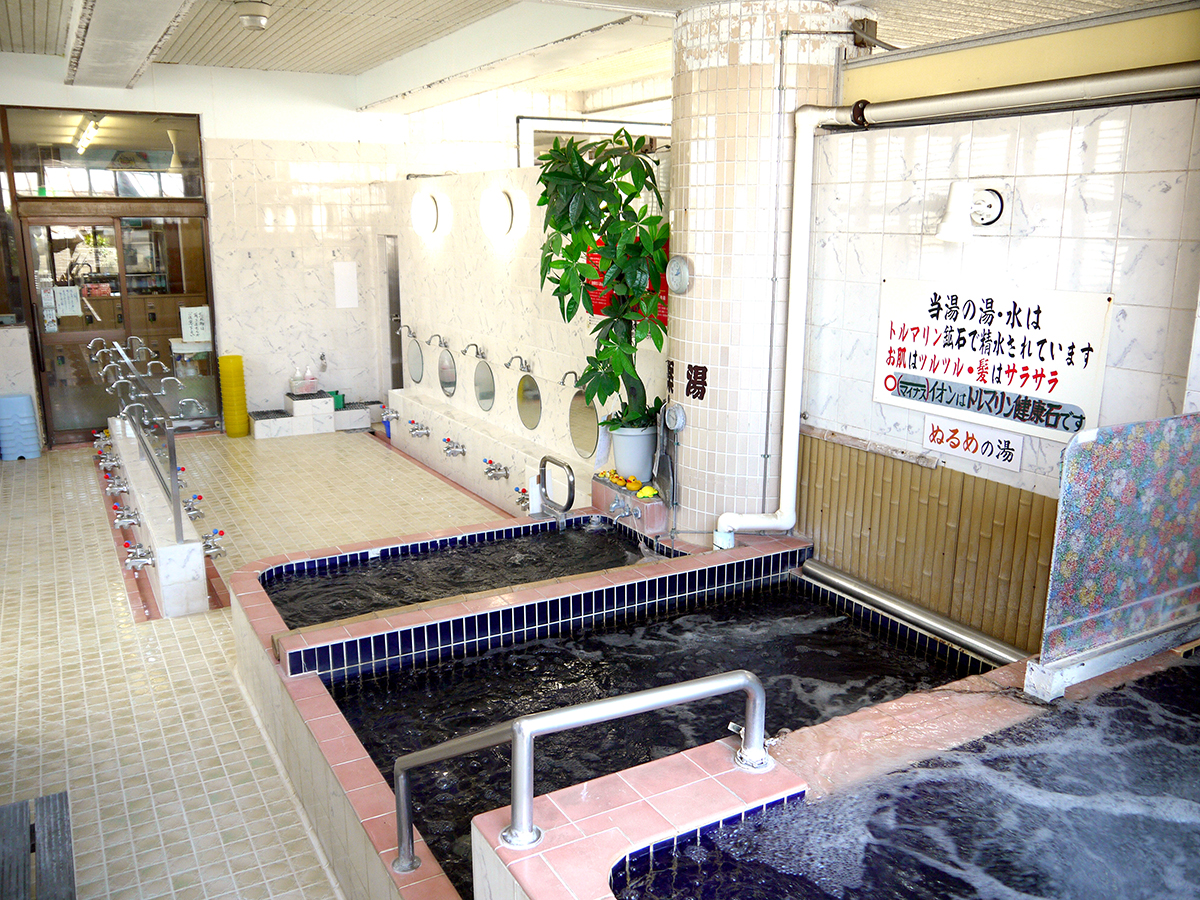 銭湯では珍しい高さの異なる湯舟