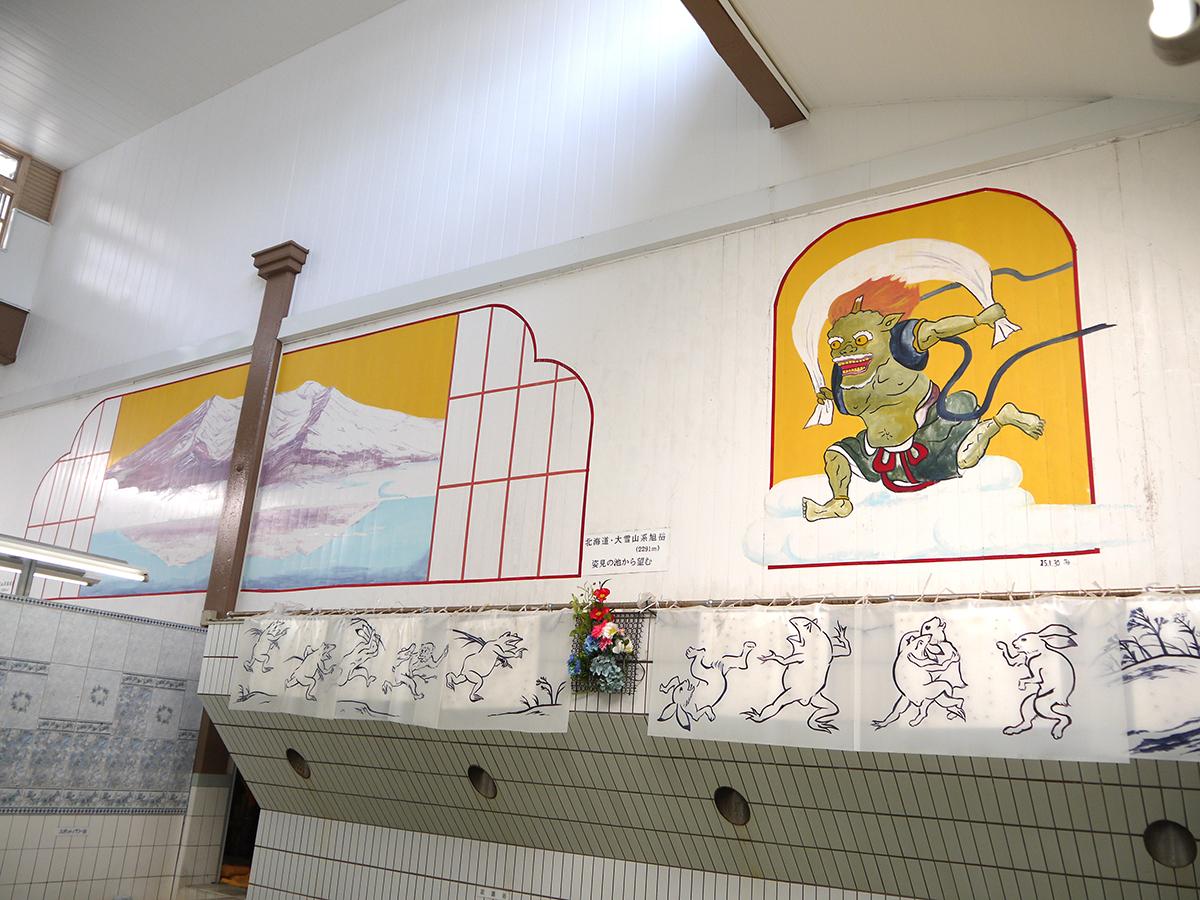 峰岸愛さん作の壁絵 田中みずきさん作の壁絵&ビニール絵