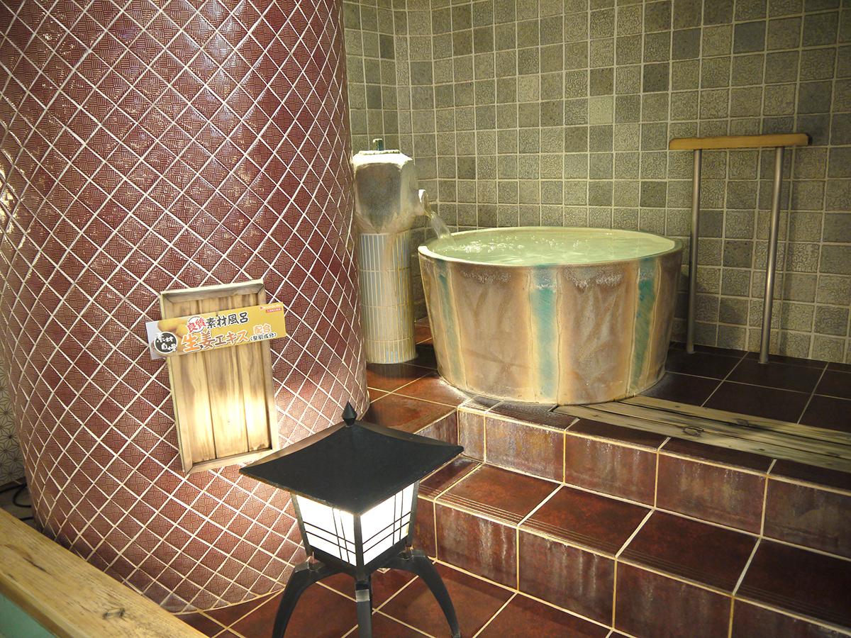 浴場内が見渡せる壺湯(弁財天)