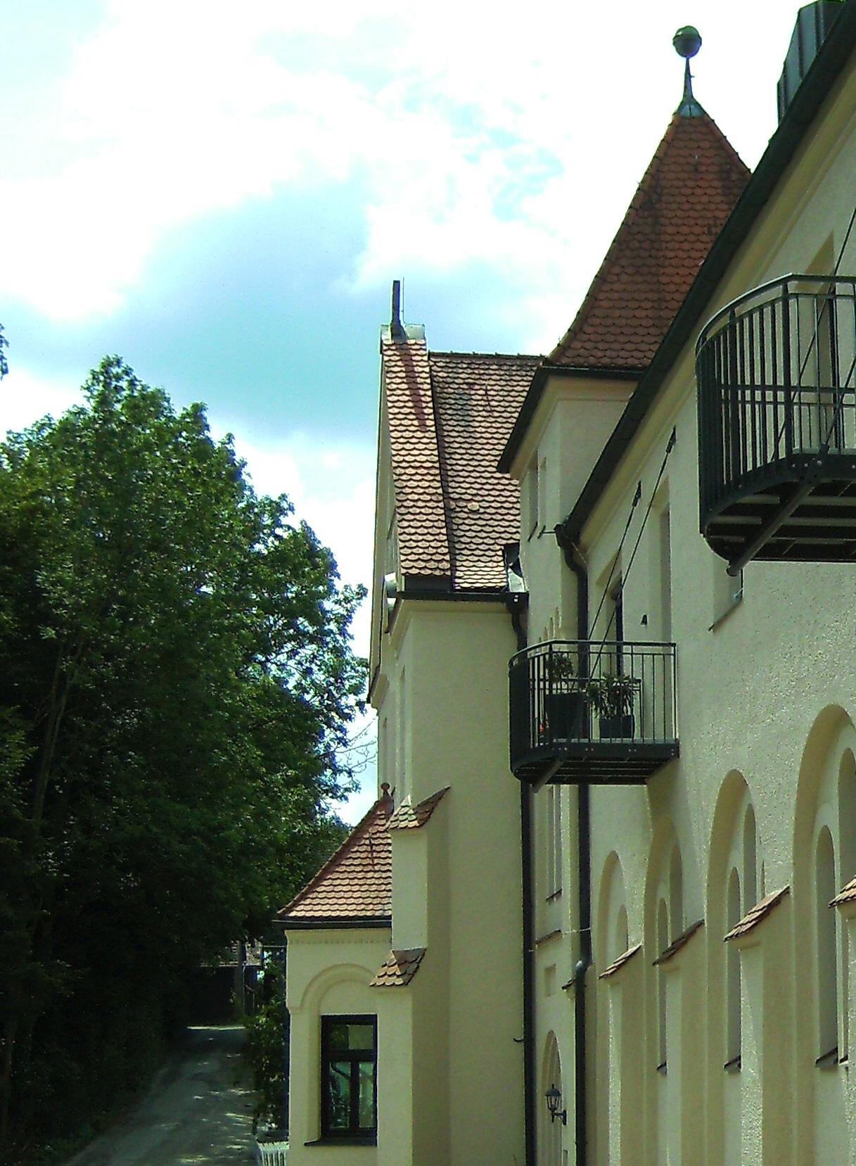 Zeichen erster Bewohner auf einem Balkon