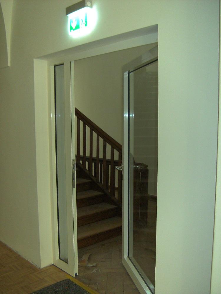 neue Treppenhaus-Abschlußtür