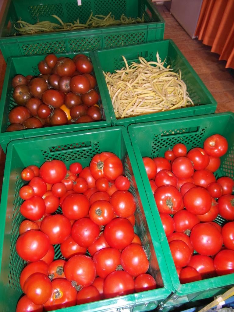 rote Tomaten, dunkle Tomaten, gelbe Bohnen