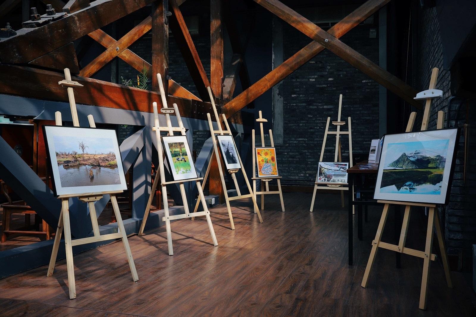 Schönes Atelier - einige Gemälde auf verschiedenen Staffeleien  - modern