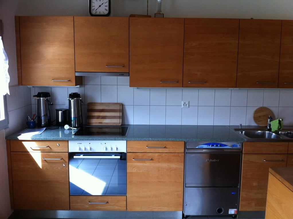 Küchenzeile mit Backofen, Geschirrspühler etc.