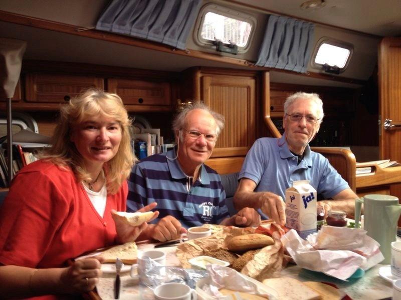 Frühstücken im Salon mit Ulrike, Ralf, Ole und Julika (Foto: R. Merz)