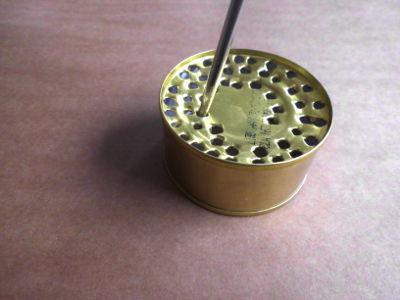 Konservendose mit gelöchertem Boden