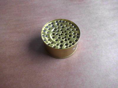 Ein Sieb aus einer Konservendose