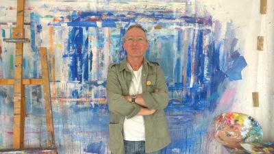 Portrait Gerhard Marquard, stehend, zwischen Staffelei und Palette im atelier