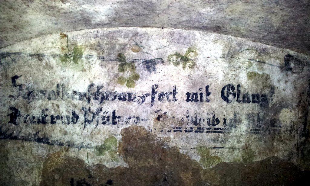 Berzdorfer Kretscham - noch heute sind die verwitterte Inschriften in dem ehemaligen Weinkeller deutlich erkennbar
