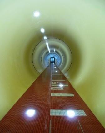 Vom Hotel gelangt man durch einen unterirdischen Gang in den Spa-Bereich.
