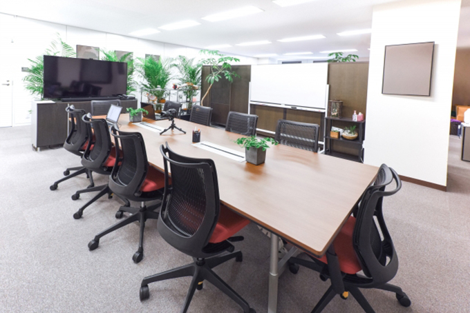 オフィス家具を導入したオフィスの風景