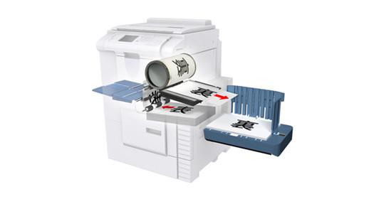 裏面を印刷し、排紙台に両面印刷された用紙が積載されます。