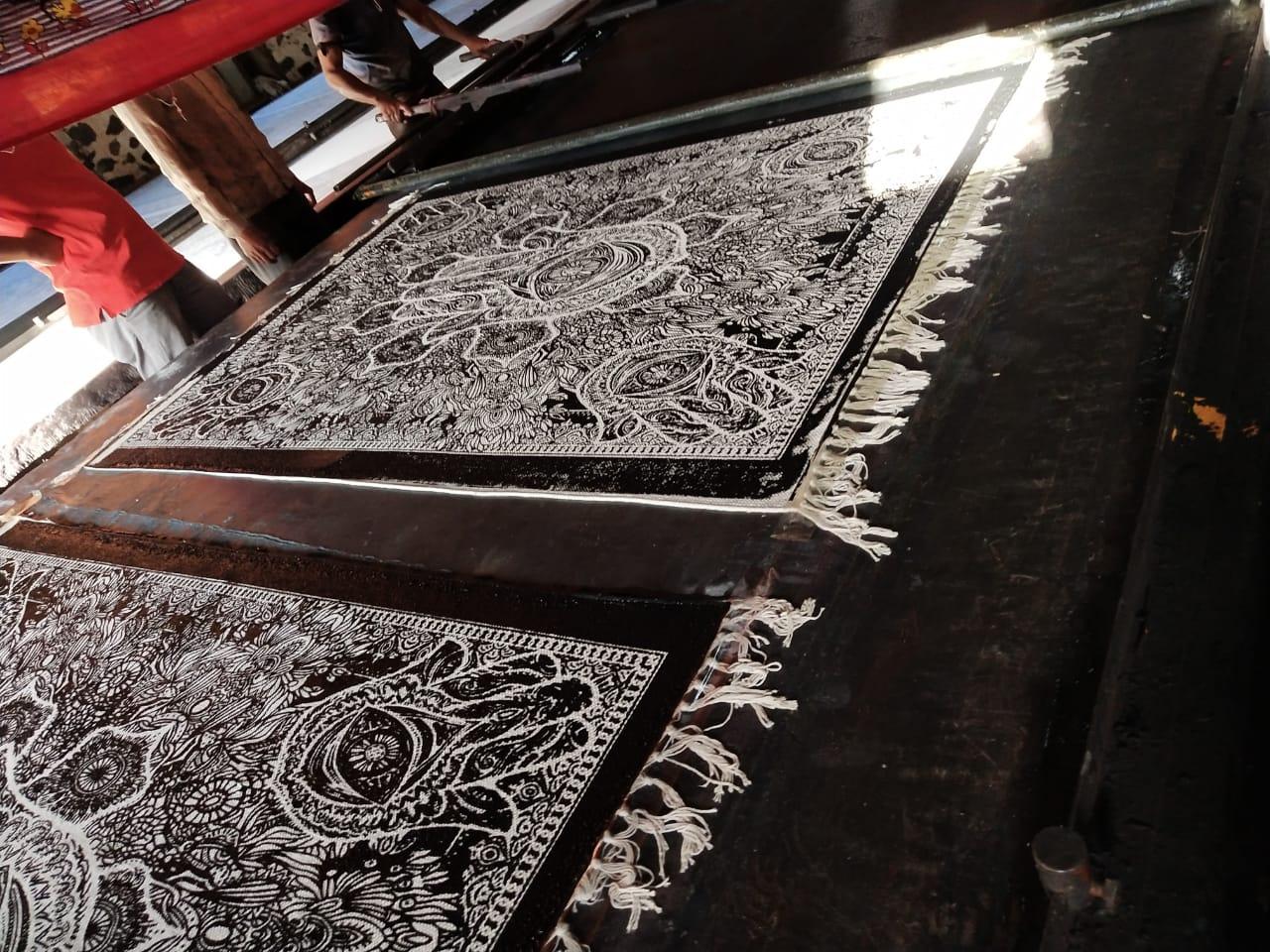 Schwarzer Hamsa Teppich im Siebdruck
