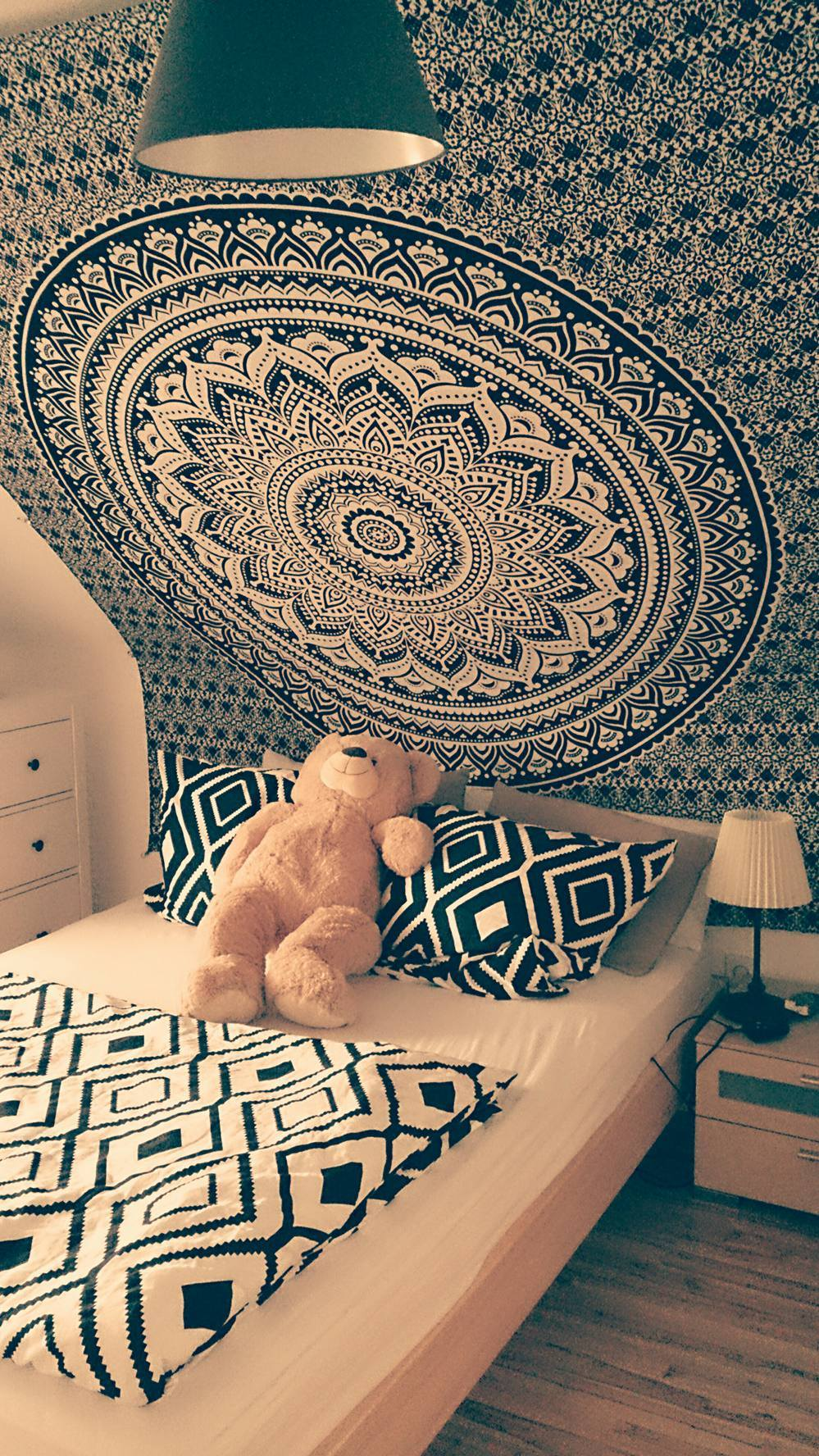 Mandala Wandtuch in schwarz an Dachschräge