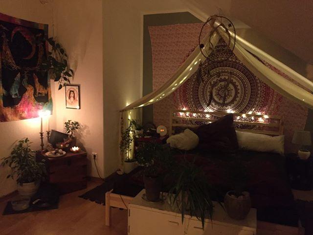 Boho Schlafzimmer mit Wandtuch Lichterketten am Bett