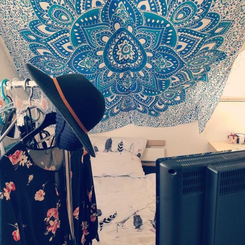 Schlafzimmer Dachschräge mit Mandala Tuch in blau