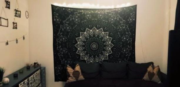 Schlafzimmer mit Mandala Wandtuch in schwarz grün