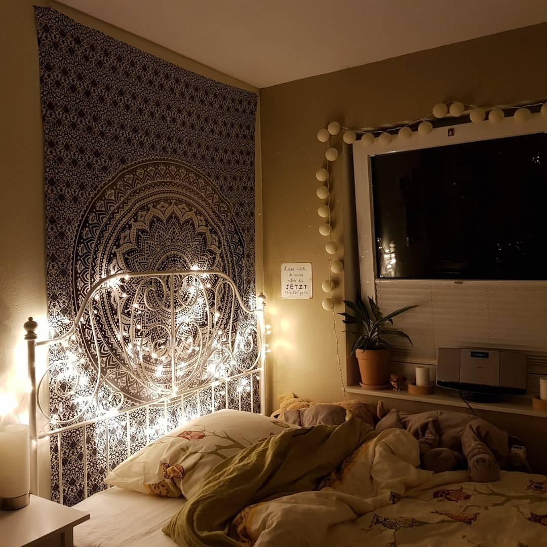 Mandala Tuch an der Wand mit Lichterketten am Bett