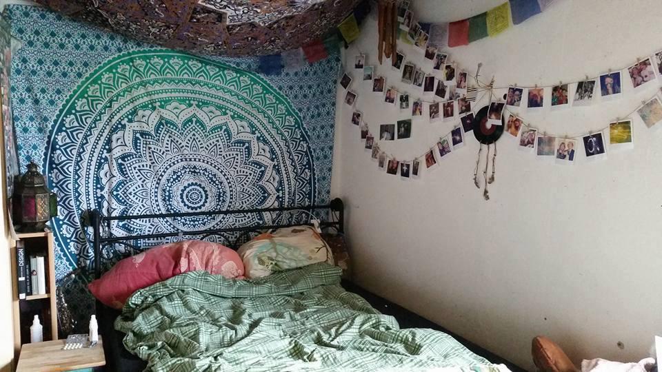 Türkises Ombre Mandala Wandtuch hinter dem Bett