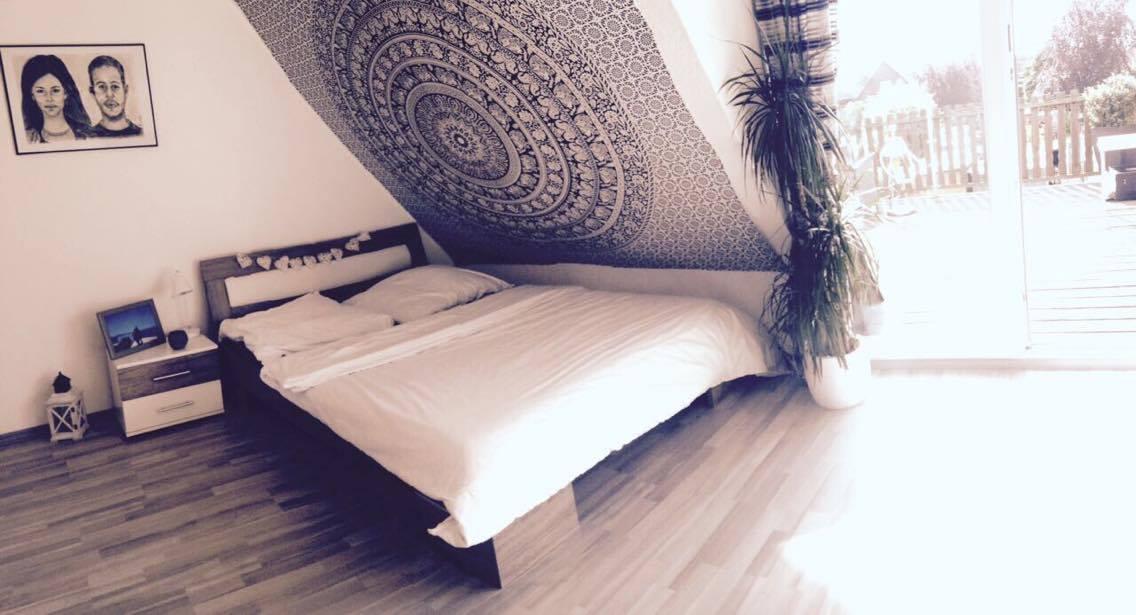 Dachschräge mit Mandala Wandtuch im Schlafzimmer