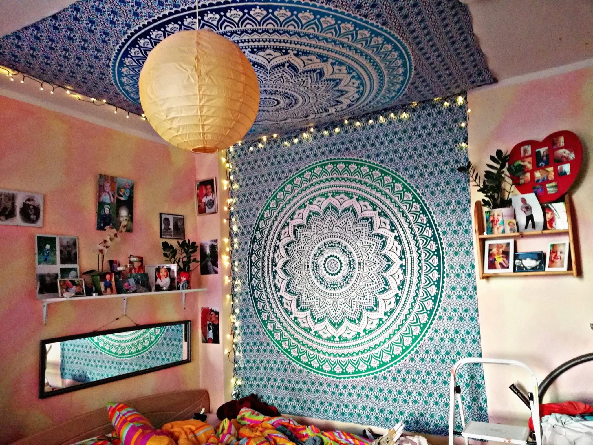 Blaues Wandtuch an der Decke, Türkis an der Wand
