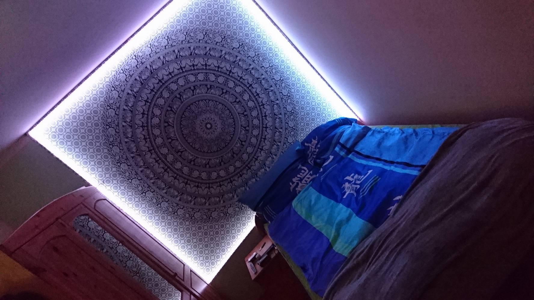 Wandtuch mit Rahmen aus Lichterschläuchen