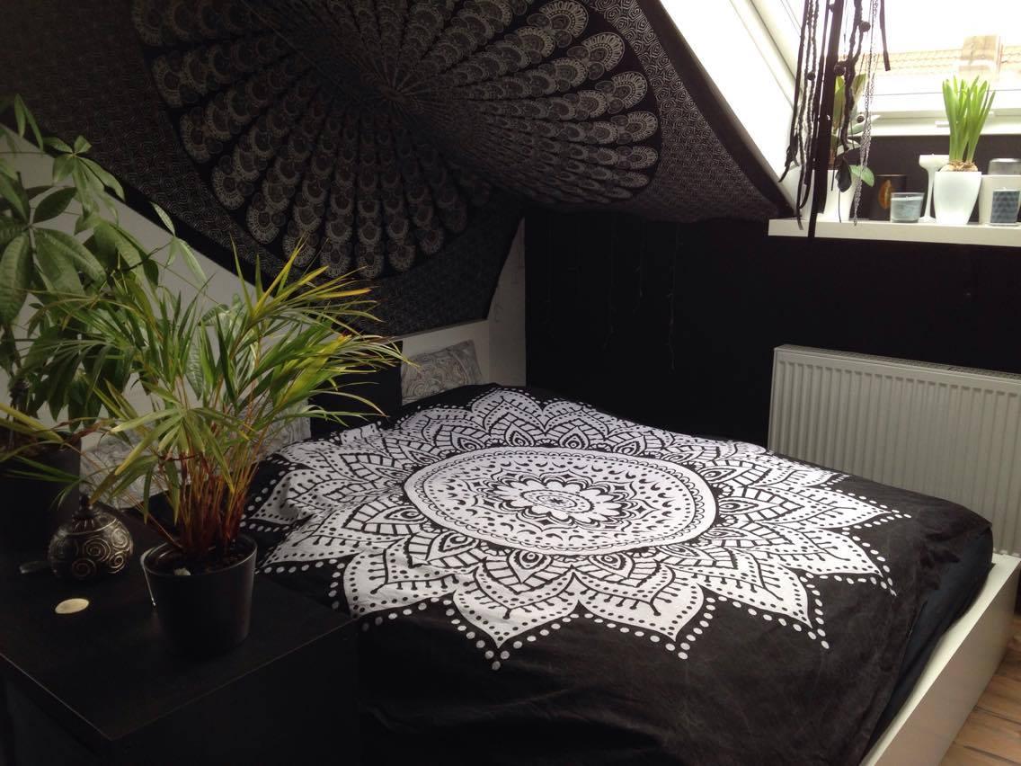 Dachschräge im Schlafzimmer mit Mandala Wandtuch in schwarz