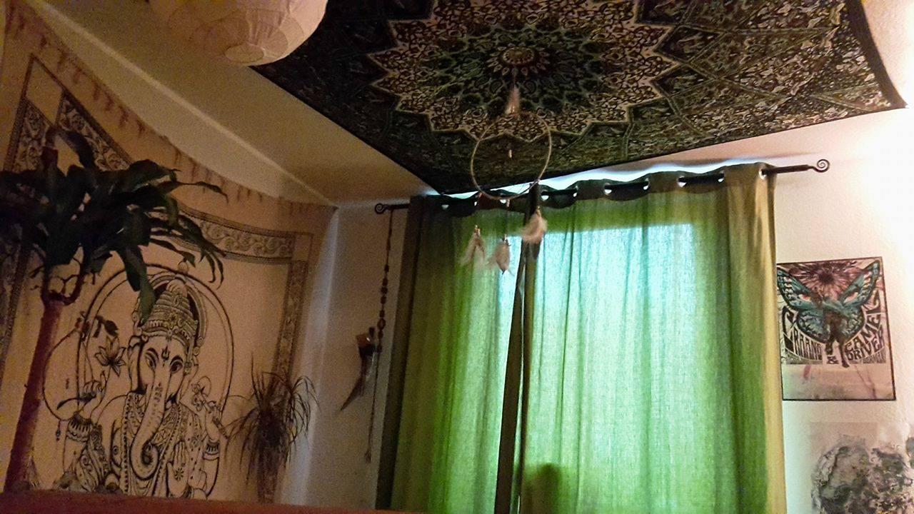 Grünes Stern Mandala Wandtuch unter der Decke